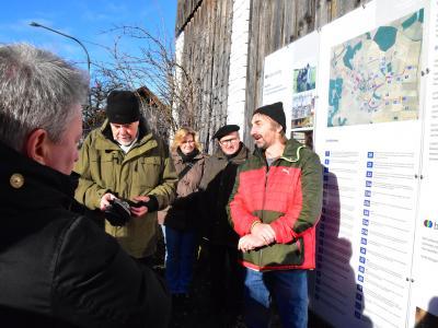 An der Schautafel im Ort erläutern Landschaftsplaner Fetsch und Hagenoher Landwirte das Planungskonzept