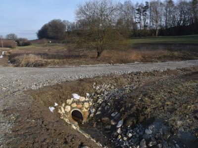 kleiner Wegaufbau, der 100 m³ Wasser zurück halten kann