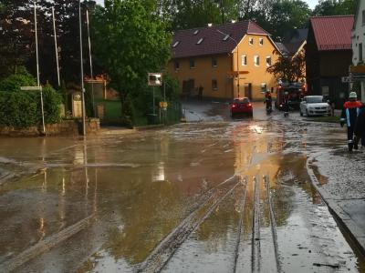 Die Verkehrssicherheit ist durch den nassen Schlamm beeinträchtigt
