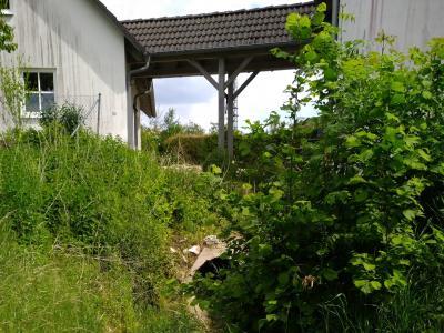 Jedes Rohr, wie hier in der Bildmitte unten erkennbar, ist irgendwann voll: Man braucht keine Phantasie um zu erkennen, welchen Weg das Wasser dann nehmen wird (Ortsteil Pöbenhausen).
