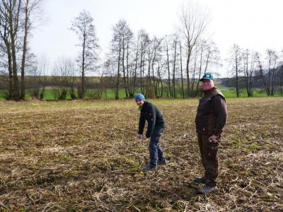 Foto: Prüfung der Bodendichte mit einem Penetrometer auf einem Feld mit Zwischenfrüchten