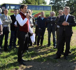 Landwirt Lammer erläutert die Maßnahme den MinisterInnen Scharf und Brunner