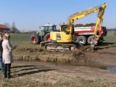 Erste Bürgermeisterin Monika Maier mach sich ein Bild von den Baggerarbeiten