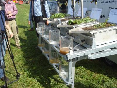 Demonstration der Erosionsschutzwirkung am Regensimulator