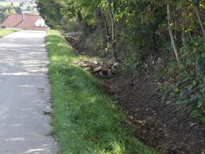 (4) Grabenabfluss wird durch Querbauten gebremst,  wenn der Grundablauf überschritten wird