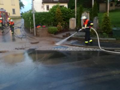 Die Feuerwehr hilft bei der Beseitigung des Schlamms