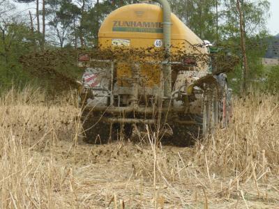 Düngerausbringung - das Stroh schützt den Boden auch bei schweren Lasten