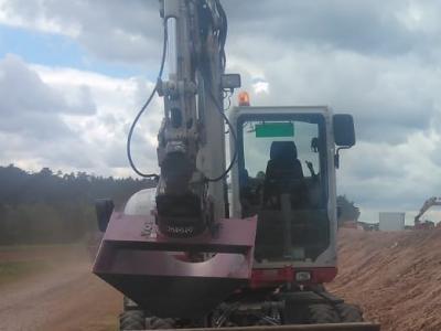Neuer Grabenlöffel beim Errichten eines Umleitungsgrabens für Starkregenereignisse