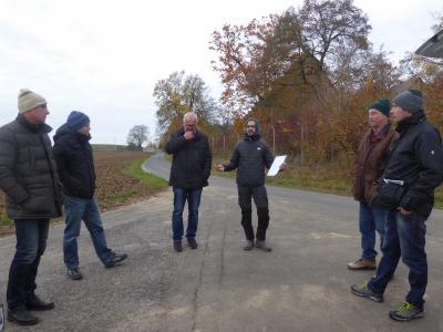 Rege Diskussionen in großer Runde beim Ortstermin in Goßmannsdorf