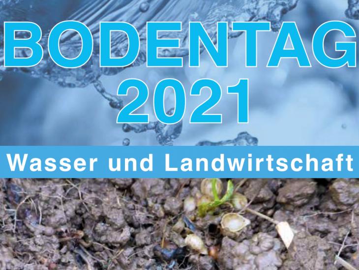 """Schriftzug """"Bodentag 2021 - Wasser und Landwirtschaft""""; darunter eine Nahaufnahme eines feuchten Oberbodens."""