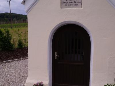 """Die Position einer Brückenkopfkapelle eingenommen hat diese kleine Andachtsstätte am Rand von Aiglsbach. Streng genommen ist es eine """"Kanalkopfkapelle"""": an ihr beginnt ein Oberflächenentwässerungskanal DN 1000."""