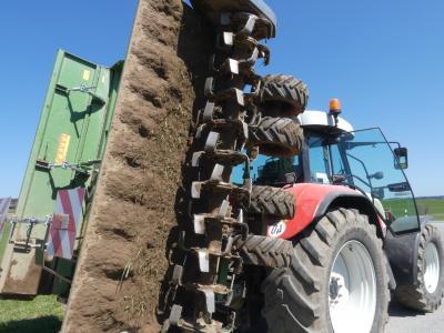 Celli-Fräse in Transportstellung, die normalerweise parallel/waagrecht zum Boden arbeitende Schneidewerkzeuge zeigen beim zusammenklappen nach außen