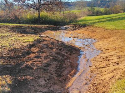 """Bauarbeiten fertig mit der sog. """"Schlitzdrossel"""", zwei Steinquader verengen den Abfluss des Wassers..."""