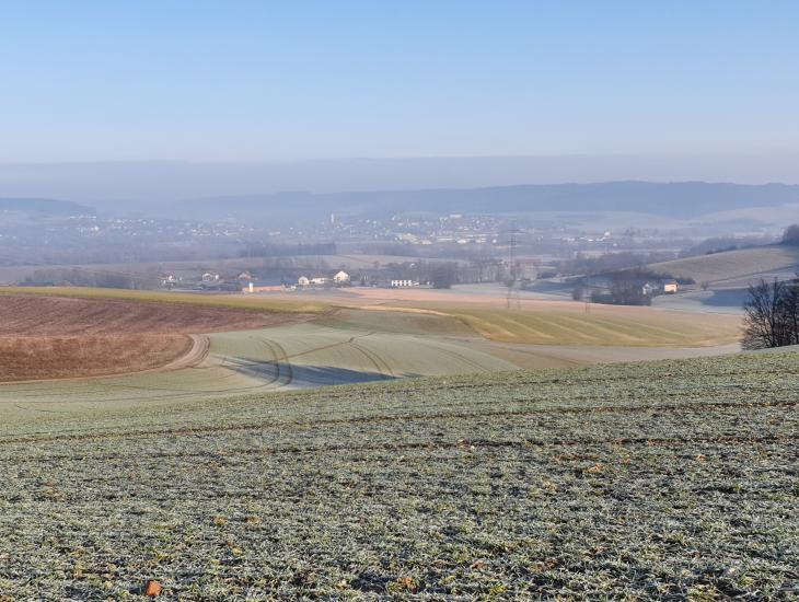 Aussicht auf die Hügellandschaft zwischen Bleichenbach und Weinberg mit teilweise sehr steilen Ackerlagen