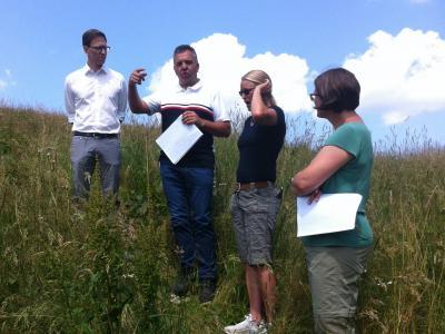 Diskutieren den Einbau einer Zisterne auf einer Bergweide: M. Dold (Wasserversorger) und A.Bauer (Landwirtin). Interessiert dabei sind A. Schönemann (Bürgermeister Bernau) und S.Amman (LRA Lörrach)
