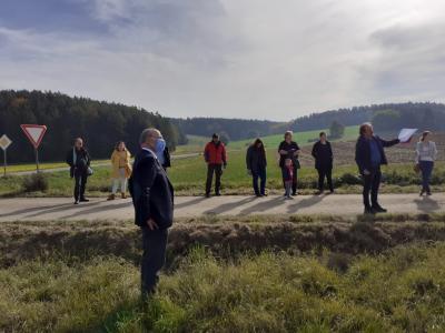 Bürgermeister Kiendl (im Bildvordergrund) ist begeistert vom Engagement der Landwirte