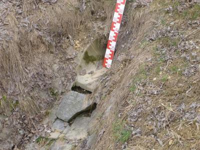 Was anderswo schon schief gegangen ist:  Die ausgepülte Auslaufsicherung versteckt sich in der Böschung einer Staatsstraße. Bisher verkeilen sich die Steine noch ineinander...