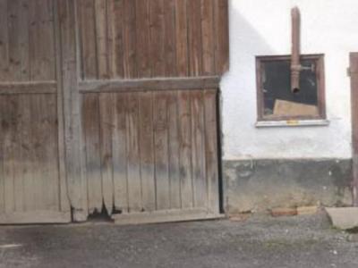 Spuren früherer Überschwemmungen an landwirtschaftlichem Betriebsgebäude in Jauchshofen